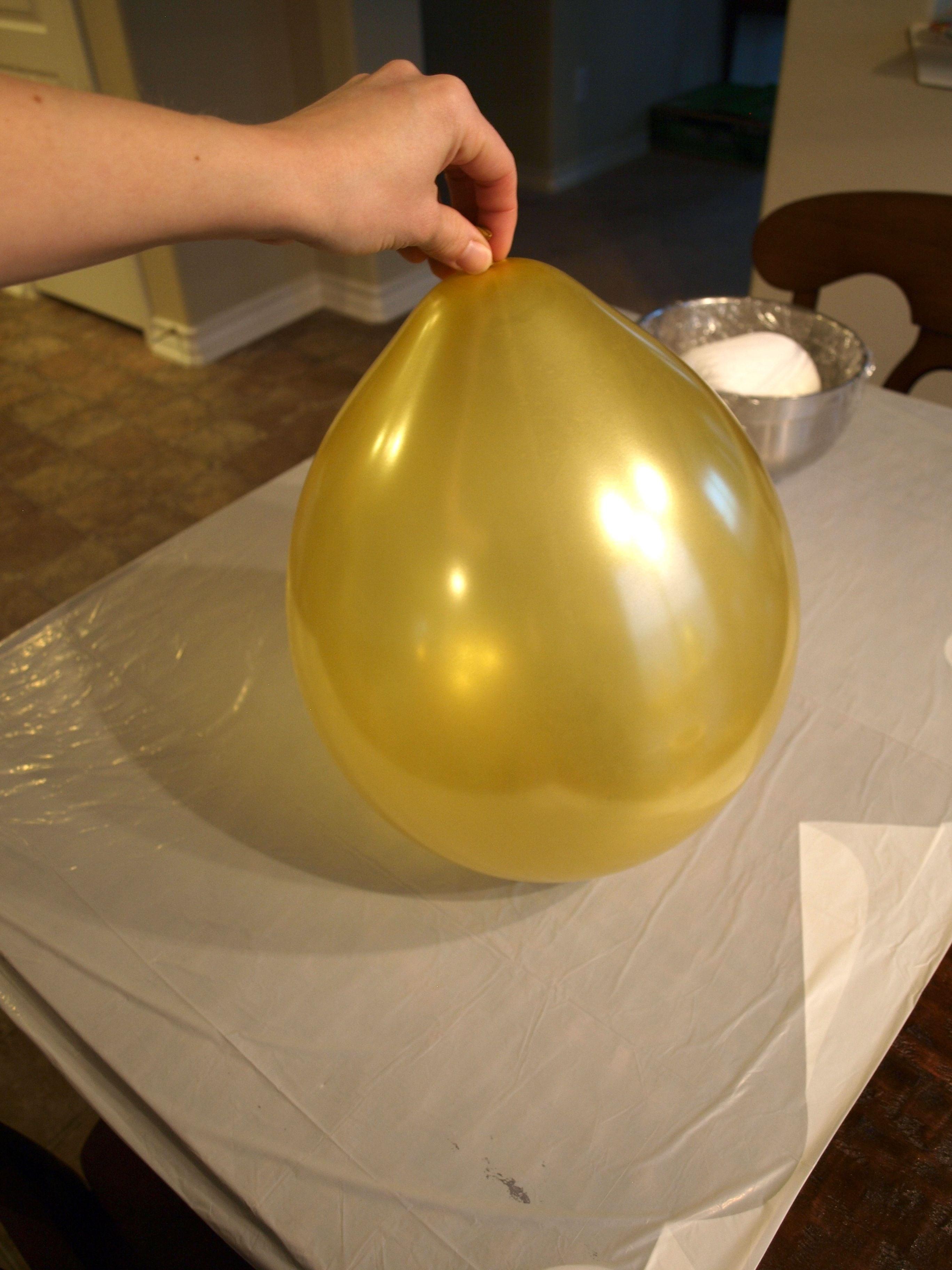 04 ballongen ferdig til å starte liming av tråd, bordet dekket av plast