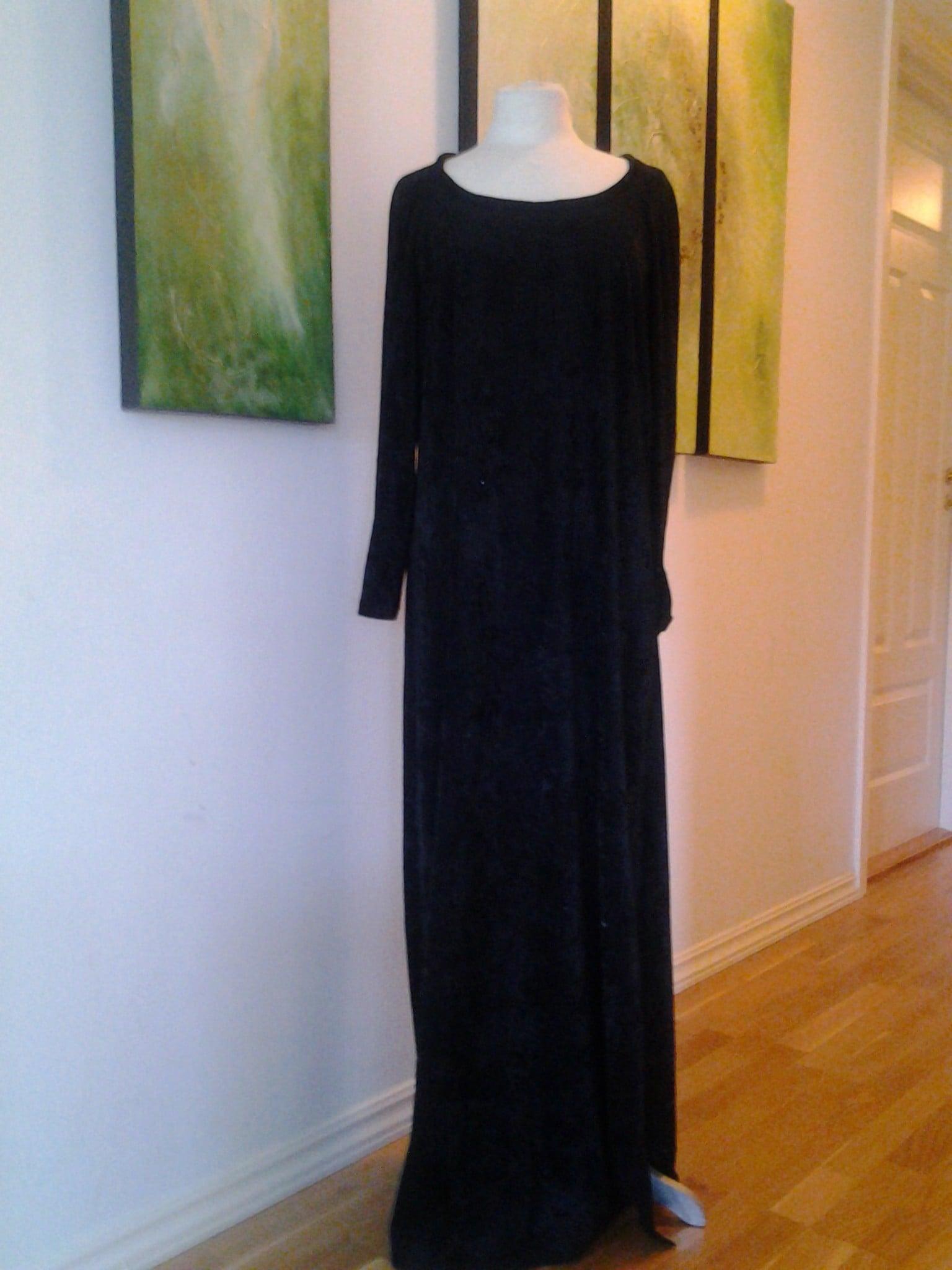 20130328 Sort lang kjole i nervøs fløyel