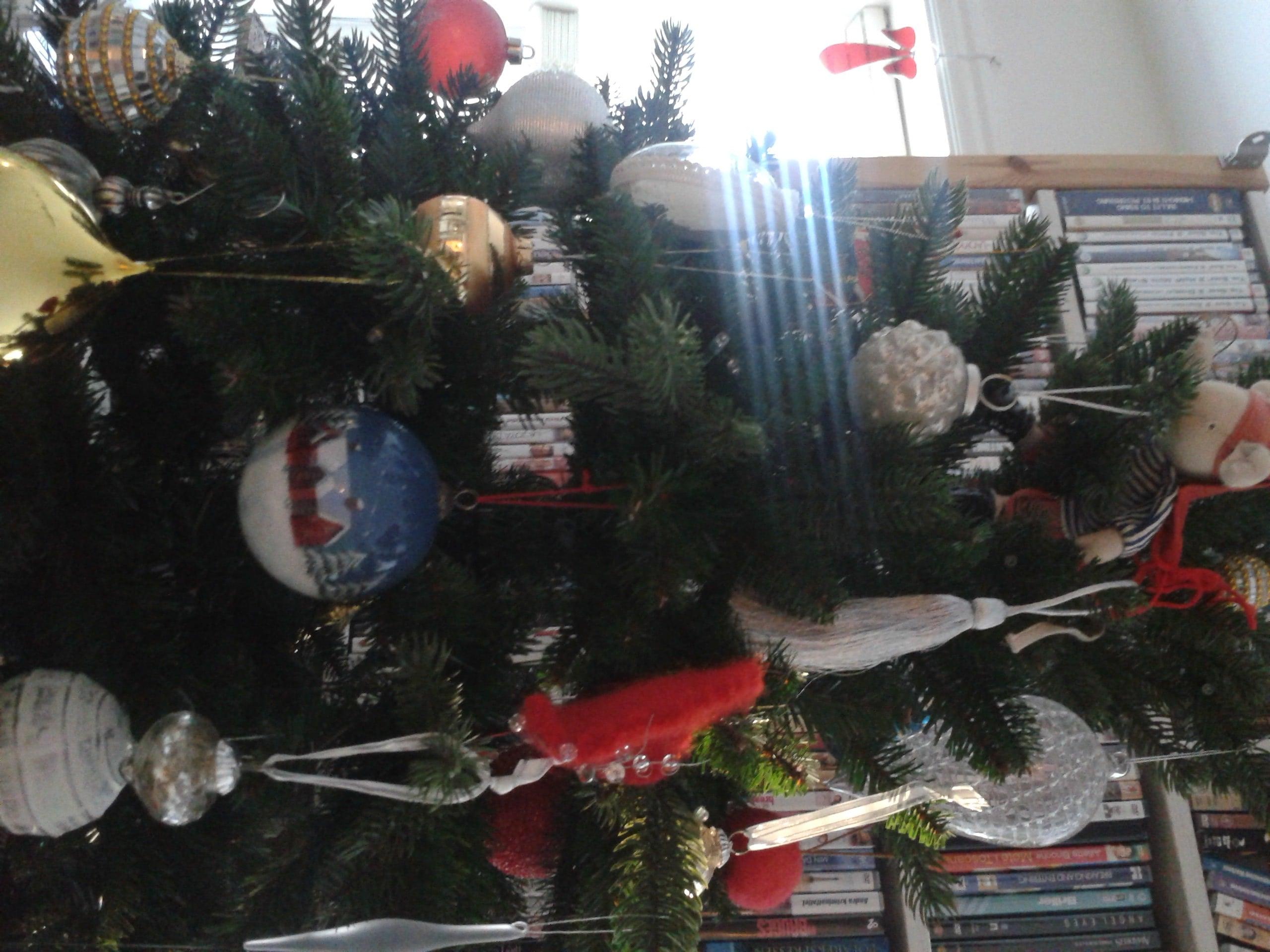 Juletreet pyntet med kuler og dusker 2014